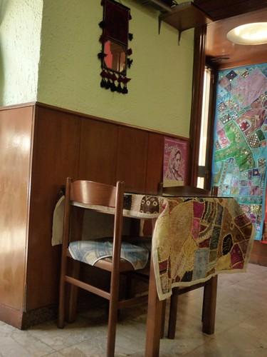 lampadari indiani : Sui tavoli e alle pareti variopinti tessuti ricamati con perline di ...
