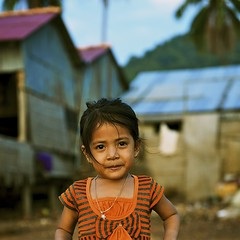 Kep : the girl at the crab market (antoine takes pictures) Tags: street portrait kid cambodge cambodia kep rue gamin 2010 500x500 winner500 aperture3