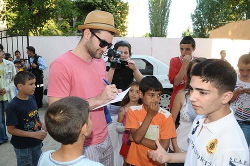 Smiley da autografe copiilor de la Centrul Robin Hood