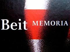 Erica Fischer, La breve vita dell'ebrea Felice Schragenheim, Beit 2009; progetto grafico di gfc, alla cop.: Felice Schragenheim, di Ilse Ploog (Berlino, I.1944), part., 2
