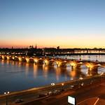 Bordeaux: La façade classique et le pont de Pierre, la nuit