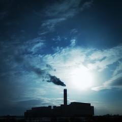 [フリー画像] [人工風景] [建造物/建築物] [工場の風景] [煙突] [煙 /スモーク] [青色/ブルー] [日本風景]    [フリー素材]