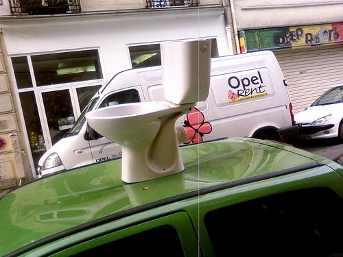 lost toilet on car roof, paris