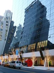 9 W 58th Street (SomePhotosTakenByMe) Tags: auto christmas city nyc newyorkcity usa newyork reflection building tree car architecture america skyscraper manhattan taxi urlaub yellowcab midtown architektur christmasdecoration amerika fairylights bäume spiegelung gebäude innenstadt lichterkette weihnachtsdekoration 9w58thstreet