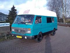 Windsmurfbus, geschilderd. Erg mooi geworden (HarmvVugt) Tags: camper lt lt35 schileren smurfbus