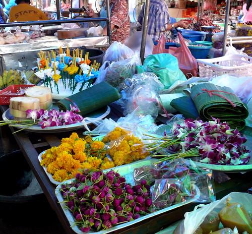 פרחי נייר ונרות, גזעי בננה, מלבנים של עלי בננה ופרחים