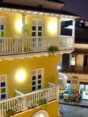 Balconi a Cartagena - Balcones en Cartagena (Michele Mariani) Tags: yellow america catchycolors colombia catchycolours balcony south latin balconies sur latina cartagena balcn sud sudamericano sudamerica balcone balcones latinoamericana balconi sudamericana