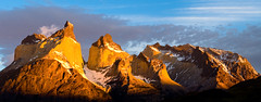 First Light over Cuernos del Paine (Alvaro Espinoza Fotografa) Tags: chile parque patagonia torresdelpaine wilderness cuernos paine puertonatales magallanes puntaarenas lagopehoe parquenacionaltorresdelpaine saltogrande gnd lagonordenskjold cuernosdelpaine singhray alvaroespinoza vacaciones2009 alvaroespinozafotografia alvaroespinozashawcroft