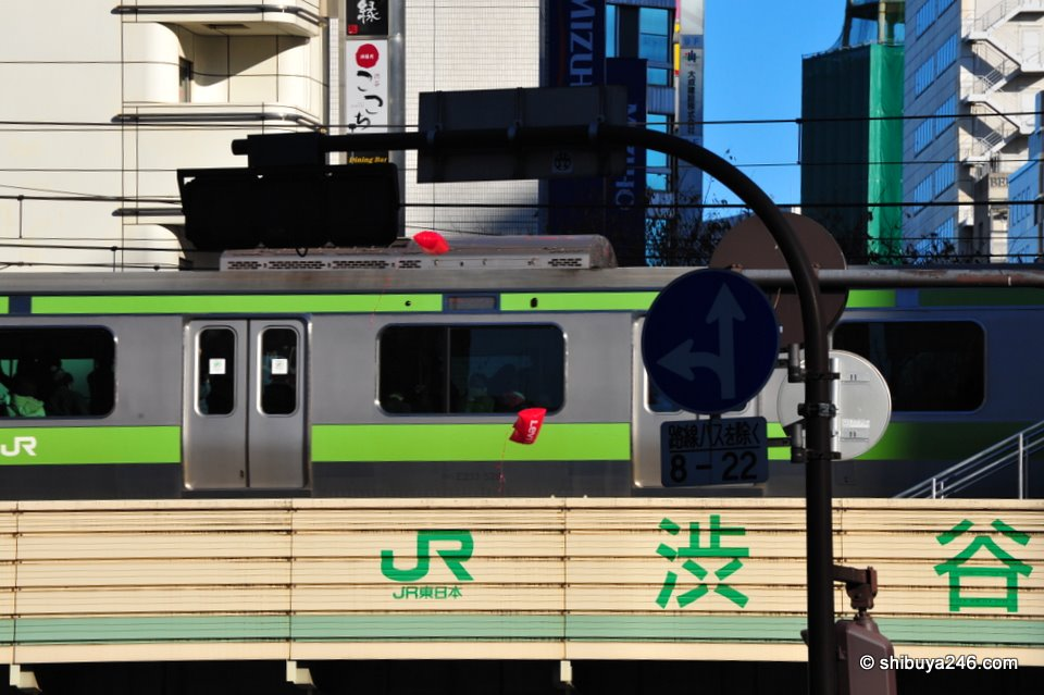 The Yamanote Line gets a close up view of 2 runaway LEVI'S balloons.