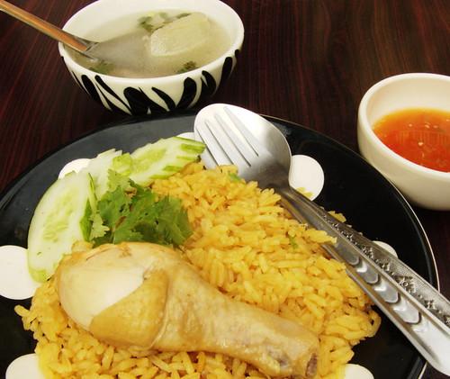 קאו מוק גאי עם מרק צלול ורוטב צילי חמוץ
