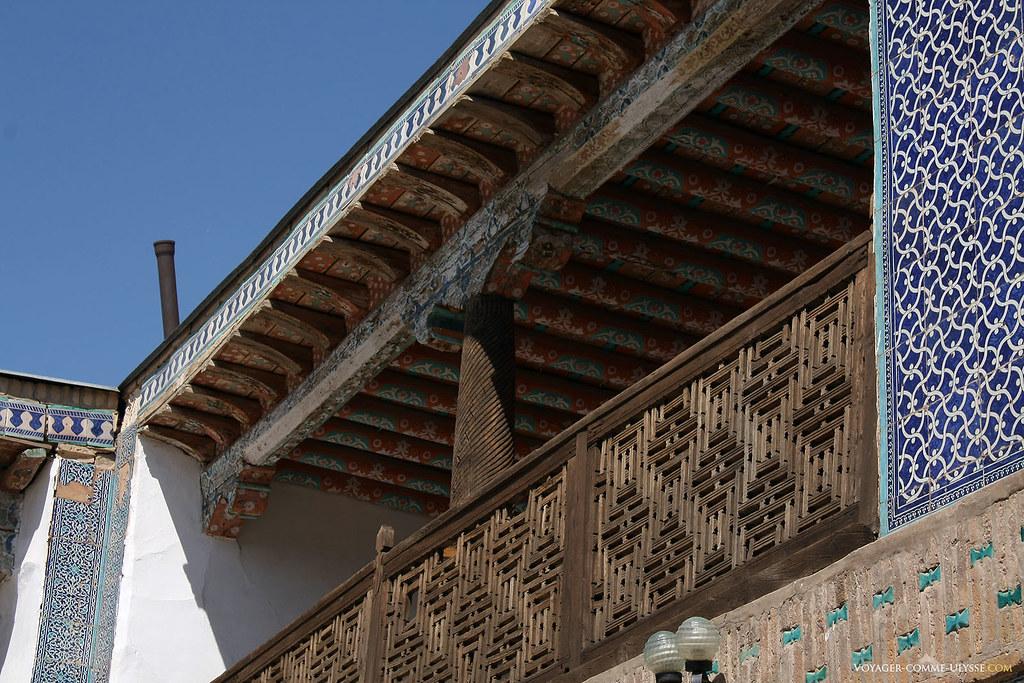 Les balcons du harem sont richement décorés