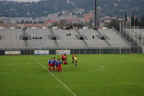 Les deux équipes au centre du terrain.