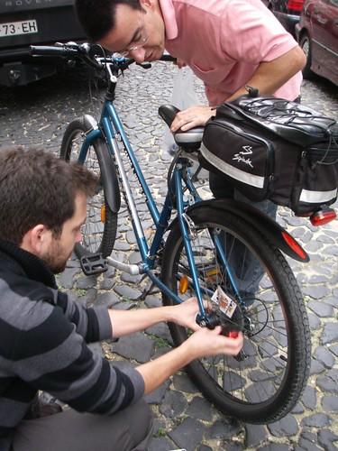 O Bruno a instalar uns pisca-piscas na bicicleta do Nuno