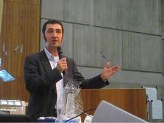 Cem Özdemir bei seiner Rede zum Bildungsstreik an der Uni Stuttgart im besetzten Tiefenhörsaal im K2