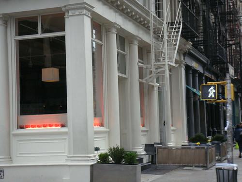 Exterior con la terraza a la entrada
