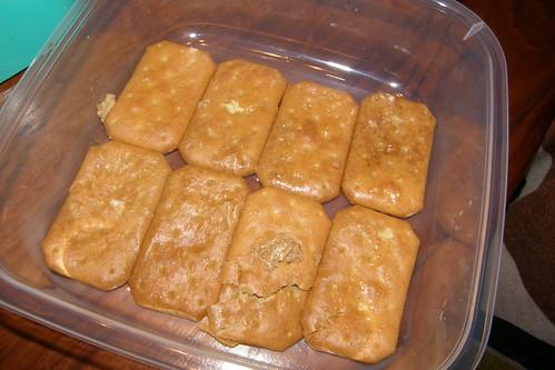 31.將浸泡過後的孔雀餅乾平鋪在容器底部