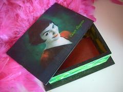 Dentro da Caixinha da Amelie Poulain (Cosplantasy) Tags: amelie caixa ameliepoulain mdf amlie francs fabulosodestinodeameliepoulain decoupageameliepoulainamliefrancsfabulosodestinodeameliepoulaincaixamdf