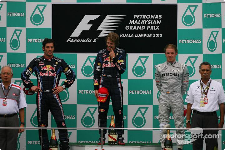 El podio del GP de Malasia 2010. De izq. a der.: 2º Mark Webber (RBR-Renault); 1º Sebastian Vettel (RBR-Renault) y 3º Nico Rosberg (Mercedes GP).