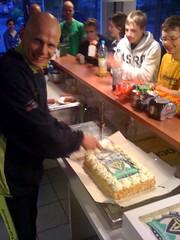 Peter snijdt de taart aan!