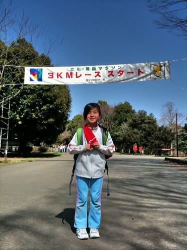 立川マラソン。疲れた〜。嫁に3kmで2分負けた。