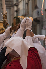 La statua di San Cataldo viene issata sul carro per essere portata in processione. (passionescatto) Tags: italy europa mediterraneo italia sancataldo ionio anticoborgo estremità passionescatto festeggiamentidelsantopatronoditaranto