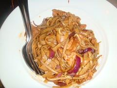 Tallarines tostados con carne y verdura de temporada