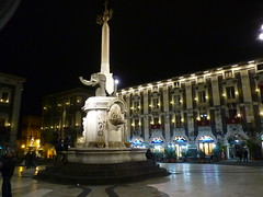 Catania - Piazza Duomo (Luigi Strano) Tags: italy europa europe italia sicily catania sicilia 5photosaday everythingitalian regionalgeographicsicilia rgsstreetphotography