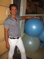 magic balls (omnia_mutantur) Tags: man male guy window fashion shop garoto balls uomo tienda negozio suntan chico vetrina homem stud hombre lonja palle ragazzo rapaz maschio abbronzatura palloni
