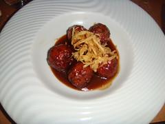 Albóndigas trufadas, en su jugo montado con aceite de oliva y patatas fritas en tempura