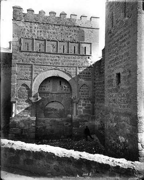 Puerta de Alfonso VI, tapiada, hacia 1880. Fotografía de Levy