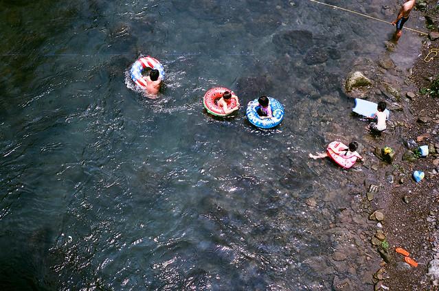 游泳圈與溪流