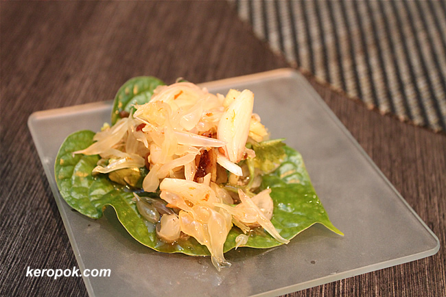'Miang' of prawns and pomelo on betel leaves