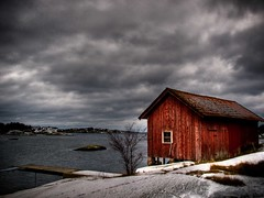 Moody clouds (dubbelt_halvslag) Tags: bridge winter red sky cloud house mountain cold west color nature water weather clouds canon island bay coast vinter marine exposure raw sweden marin schweden shed himmel sverige scandinavia boathouse vatten hdr archipelago bohusln brygga skrgrd rd moln vstkusten photomatix g10 sjbod dd