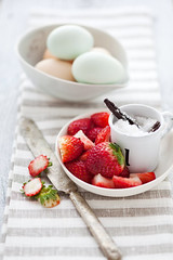 strawberries and blue eggs (cannelle-vanille) Tags: lemon cinnamon vanilla custard tarts miseenplace glutenfree macerating strawberryseasoninflorida blueeggsfromfarmersmarket
