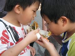 20100130-程程與自皓吃章魚小丸子 (2)