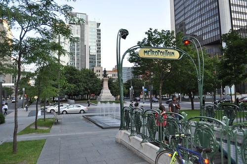 Plaza Victoria de Montreal, frente al Hotel