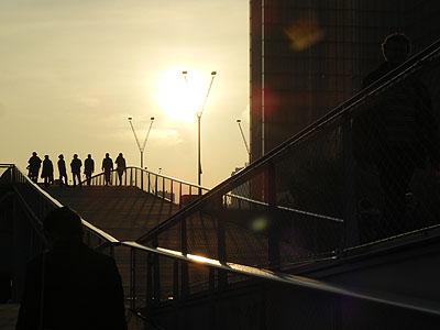 silhouettes sur la passerelle simone de beauvoir.jpg