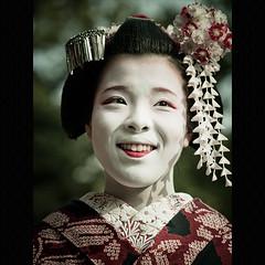 (Masahiro Makino) Tags: girl japan female digital photoshop japanese kyoto olympus maiko adobe   70300mm zuiko yasakashrine lightroom  squidfingers e500 f456  20090202000000e50020lps640p