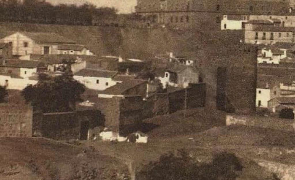 Puerta del Vado y Torre de la Almofala a principios de siglo