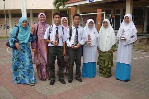 Guru pengiring bersama para peserta dari SM Sains Labuan
