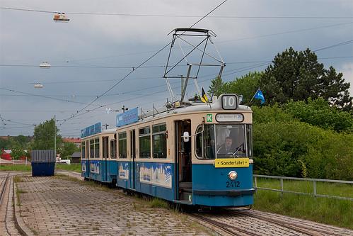 Die Wartezeit in der Ackermannschleife muss an der Ausstiegshaltestelle überbrückt werden: Am linken Gleis überholt die Linie 12, die heute letztmalig in die Schleife fährt.