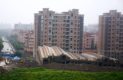 collapsed apartment building in Shanghai, another view (vis ZonaEuropa & Marc van der Chijs, creative commons license)