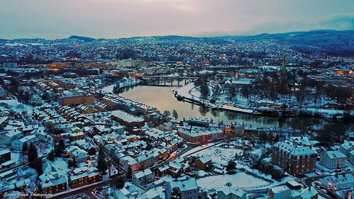 Nidelva snowy cityscape at dusk