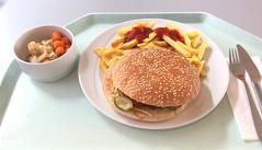 Cheeseburger & Pommes Frites (JaBB) Tags: pommesfrites frenchfries cheeseburger ketchupblumenkohl cauliflower möhren carrots food lunch essen nahrung nahrungsmittel mittagessen kantine betriebsrestaurant