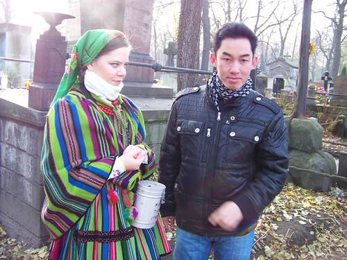 …còn cô có bộ cánh sắc thái dân tộc Ba Lan thật đẹp, rất hợp với vẻ nhu mì, hiền hậu của phụ nữ Ba Lan