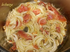 Chuletas con salsa de champiñones-dorar cebolla