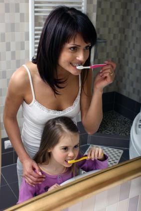 お母さんと一緒に歯みがきしましょ