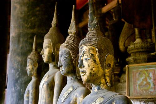 будды, сидящие в ряд