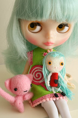 Tuppence loves Violetpie (Robin playing with dollies) Tags: love blythe tuppence violetpie misssallyrice minimsr dollyformydolly