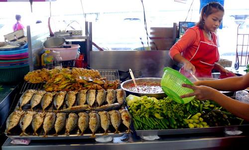 דוכן נאם פריק. דגים מטוגנים, ירקות מבושלים וירקות טמפורה